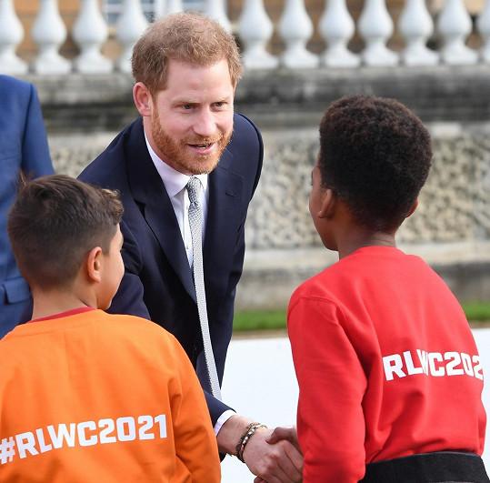Harry se setkal s mladými hráči rugby.