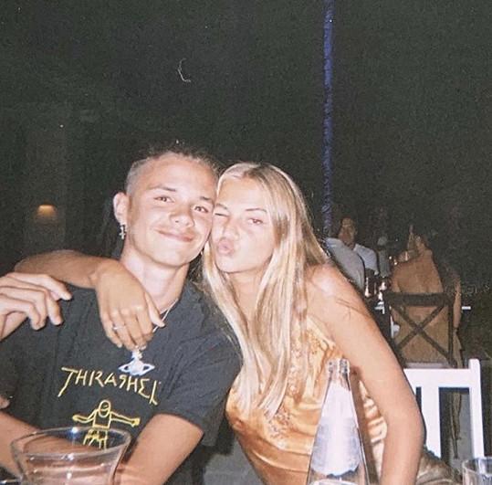 Starší synové Davida Beckhama jsou zatížení na blondýnky. Romeo je už dva roky s Miou.