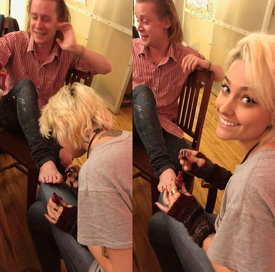 Před odletem na dovolenou Paris stihla udělat pedikúru kamarádovi Macaulaymu Culkinovi...