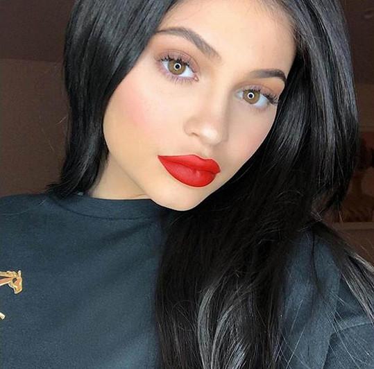 Kylie se dušuje, že je za proměnou jejího obličeje pouze dobrý make-up.