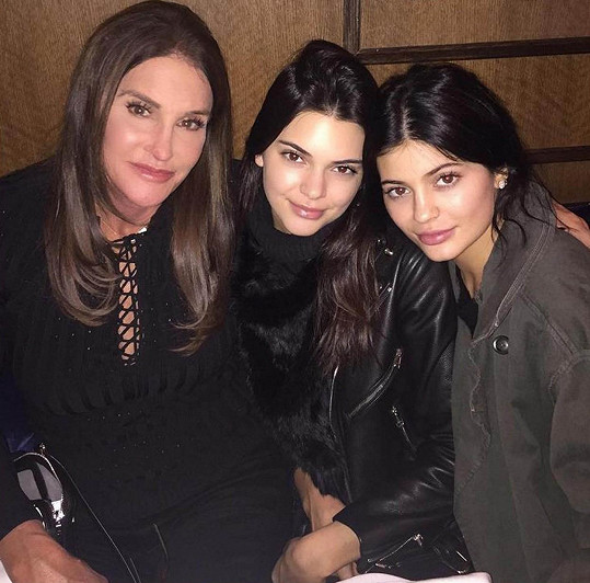 Caitlyn s dcerami Kendall (uprostřed) a Kylie