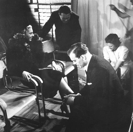 Karel Höger poprvé před kamerou. V roce 1938 si v reklamním filmu firmy Baťa střihl roli prodavače bot.