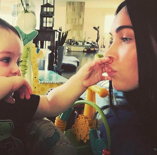 Nádherná Megan Fox a její sladký chlapeček
