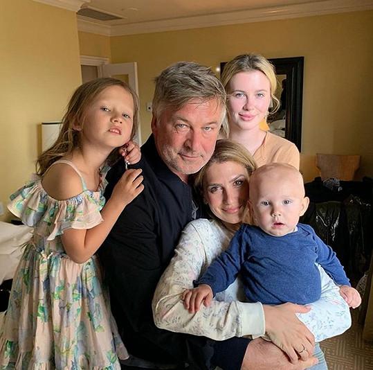 Alec s manželkou, dcerou Ireland a dalšími ratolestmi