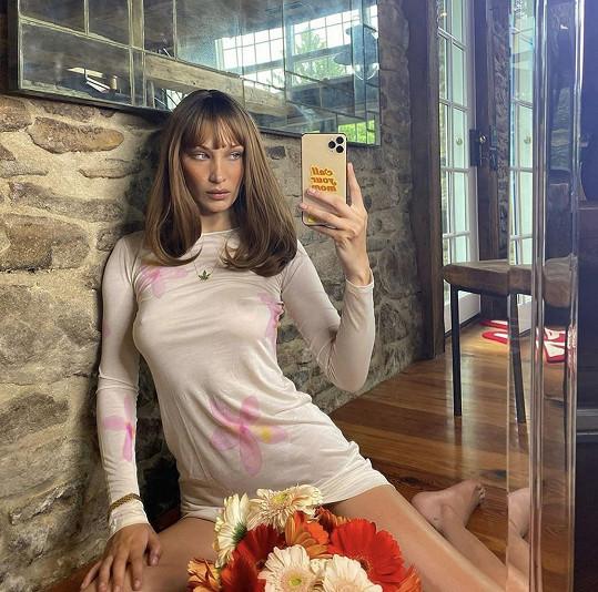 Bella Hadid zásobuje fanoušky na sociálních sítích sexy snímky.