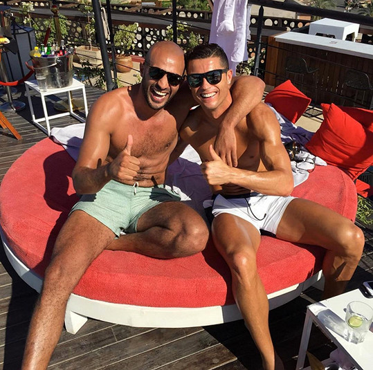 Cristiano tráví volný čas s boxerem Badrem Harim.