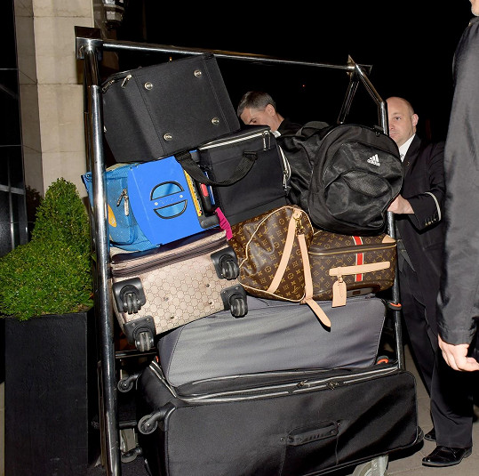 Mariah by si sama se svými zavazadly asi neporadila...
