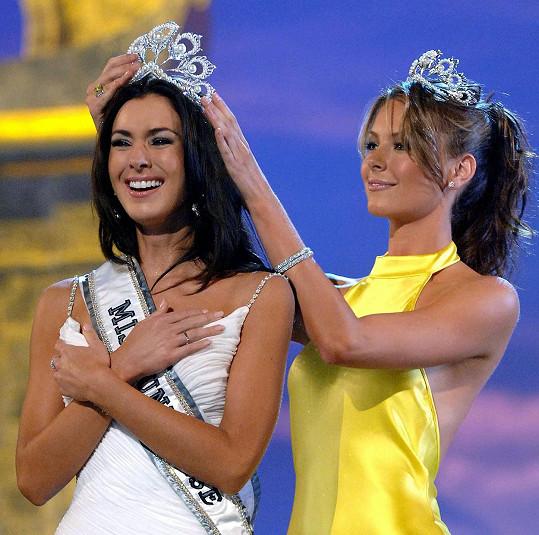 Jennifer Hawkins (vpravo) v roce 2005 a korunovace další Miss Universe