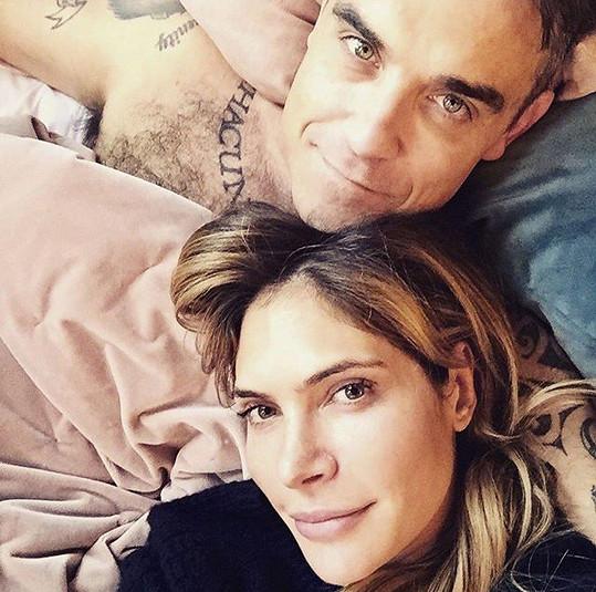 Robbie Williams a Ayda Field utajili, že čekají miminko prostřednictvím náhradní matky až do porodu.