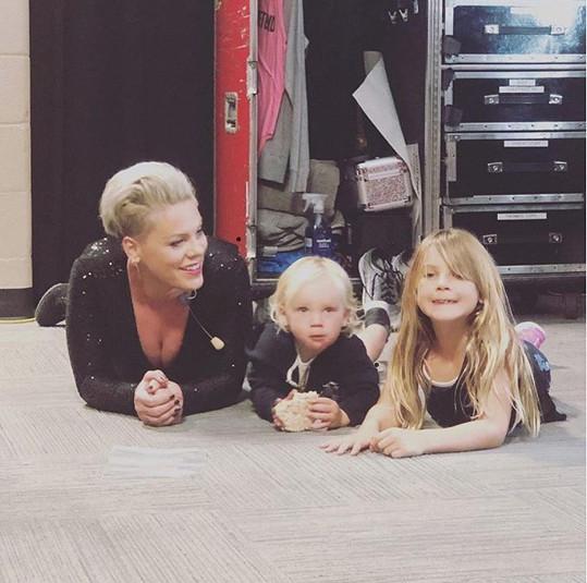 S dětmi je Pink doma už skoro měsíc.