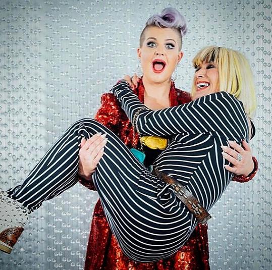 Drobnou návrhářku zvedla do náručí Kelly Osbourne.