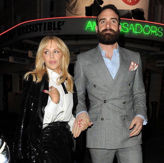 Minogue ve společnosti s bývalým partnerem Joshuou Sassem