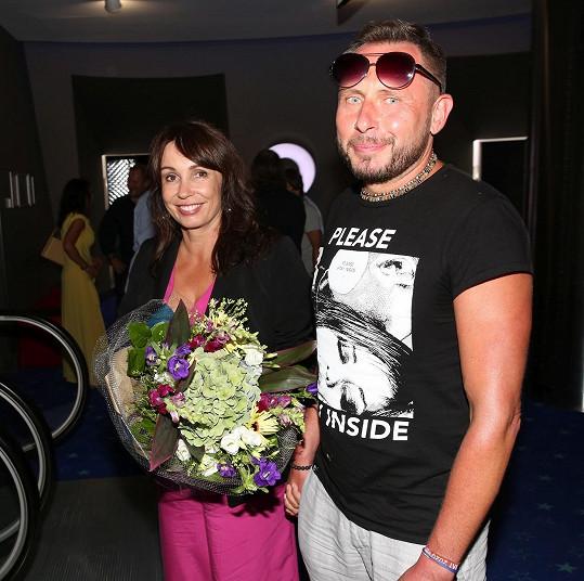 Nela Boudová a Jan Tuna poprvé jako pár na společenské akci, premiéře filmu Večírek. Moderátor pořadu A Dost! nešetřil chválou.
