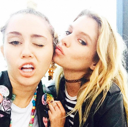 Miley má stále slabost pro modelku Stellu Maxwell.