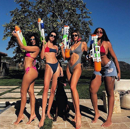 Zleva: Kourtney, Kendall, kamarádky Sarah Howard a Jordyn Woods.
