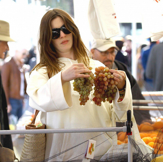 Anne Hathaway si teď může víc dopřát.