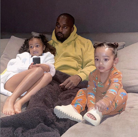 Sexy snímky střídají ty rodinné, na fotografii její manžel Kanye West s dcerami North (vlevo) a Chicago.