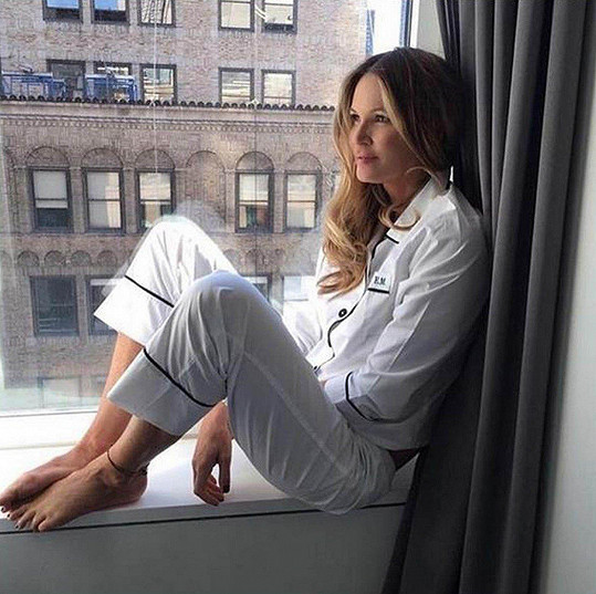Elle Macpherson s fanoušky aktivně komunikuje prostřednictvím sociálních sítí.