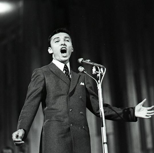 Karel Gott během zpěvu vítězné písně Mám rozprávkový dom v roce 1966