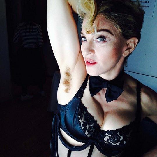 Madonně rebelství nikdo neodpáře, ani chlupy v podpaží.