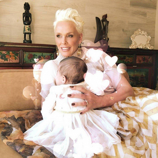 Ve věku babičky je Brigitte zase maminkou a konečně se po čtyřech synech dočkala holčičky.