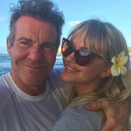 Partnerka herce Dennise Quaida (63) Santa Auzina (30). Věkový rozdíl jejich lásce nepřekáží.