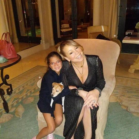 Mariah Carey se prsí i vedle dcery.