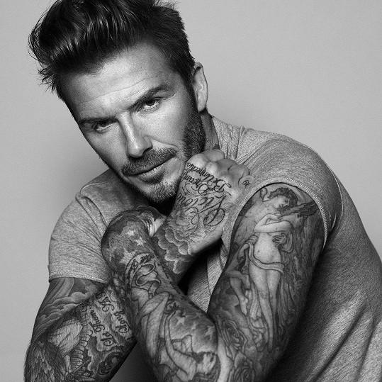 David Beckham na jedné ze svých ikonických fotek, vlasy jsou důležitou součástí jeho image.