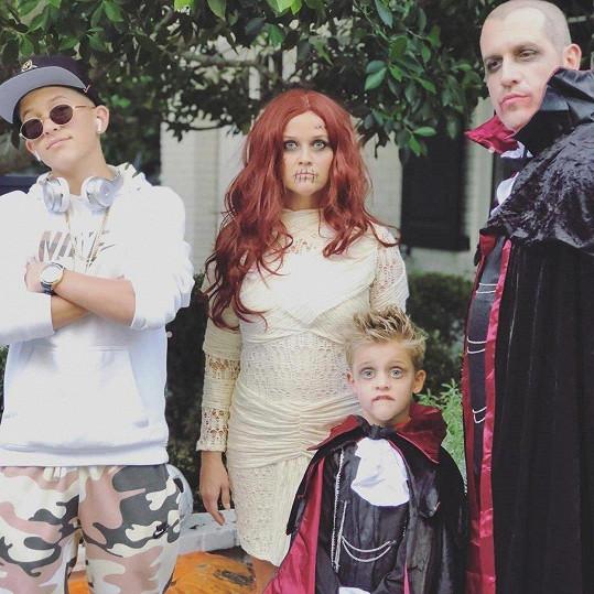 Snímek z Halloweena, na kterém je herečka pro změnu zrzka. S manželem Jimem Tothem a syny Deaconem a mladším Tennesseem
