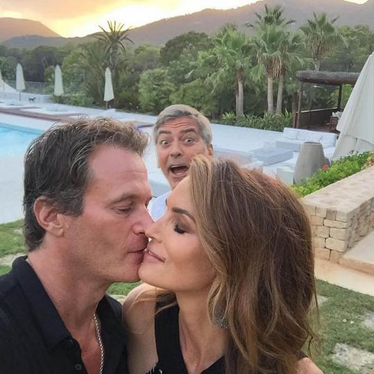 S manželem Randem Gerberem a Georgem Clooneym v pozadí