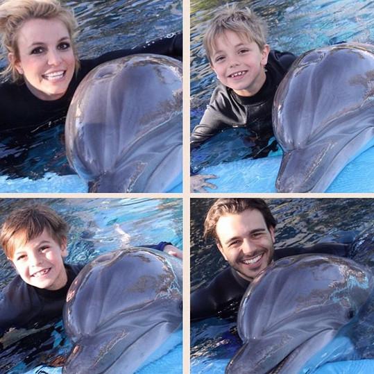Britney, Charlie a její synové se zvěčnili s delfíny.