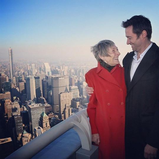 Hugh matce nic nezazlívá a mají hezký vztah.