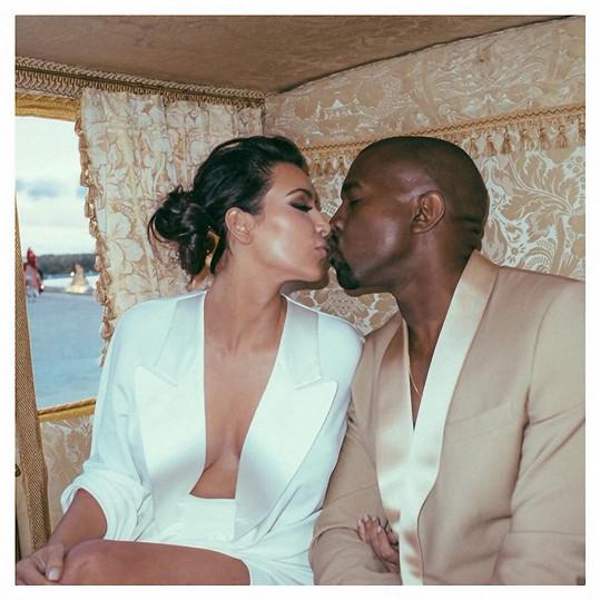 Kim Kardashian s Kanyem Westem se radují ze syna.