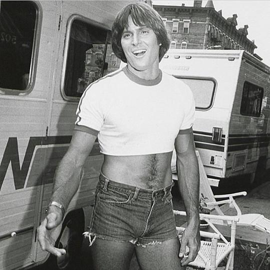 Na retro snímku Bruce příliš mužně nepůsobí.
