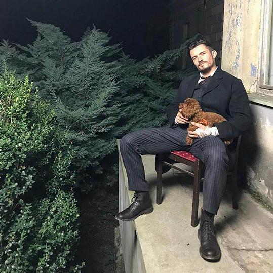 Do Česka s sebou přivezl svého psa.