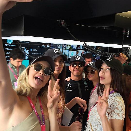 Hamilton se během závodu v Monte Carlu obklopil sestrami Kendall (druhá zleva) a Kylie Jenner (druhá zprava) s Gigi a Bellou Hadid.