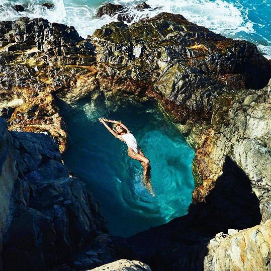 Candice Swanepoel další kousek ze své edice vlastních plavek propagovala v tomto krásném skalním jezírku.