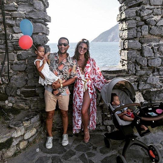 Chrissy s manželem Johnem Legendem a dětmi Lunou a Milesem.