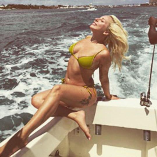 Lady Gaga ví, jak si vhodnou pozicí ubrat pár kil.