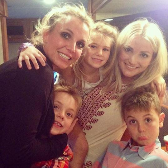 Britney na archivním snímku se syny, sestrou a neteří