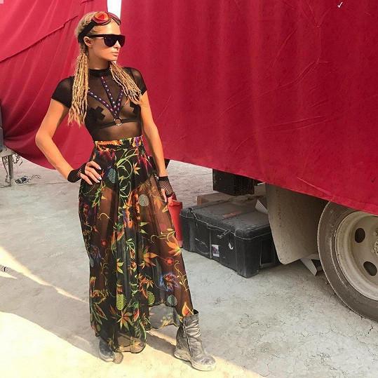 Paris Hilton na pouštním festivalu Burning Man.
