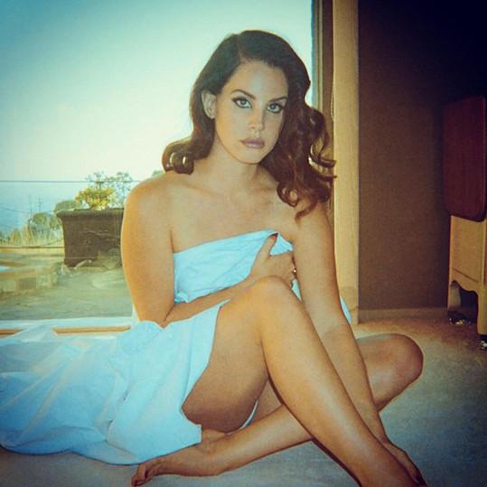 Lana Del Rey rozvířila spekulace o zásnubách.