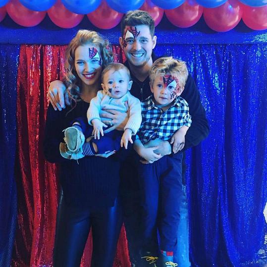 Michael Bublé s manželkou Luisanou a jejich syny Noahem a Eliasem