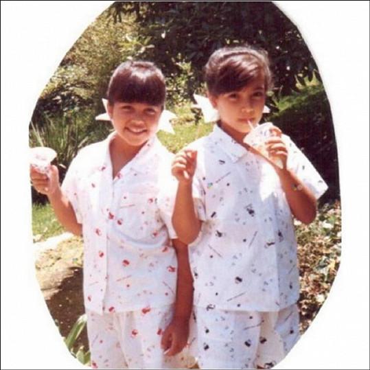 Kourtney a Kim Kardashian na fotografii z dětství.