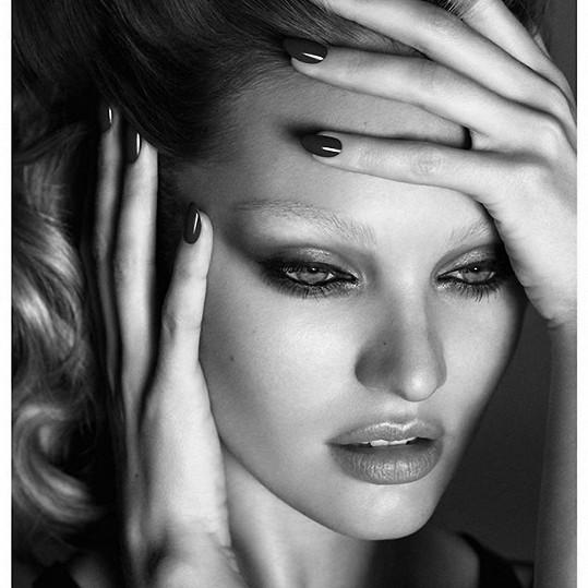 Fotograf nechal vyniknout i modelčinu krásnou tvář.