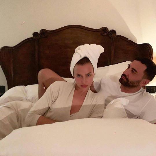Do postele si přizvala kreativního šéfa značky Burberry.