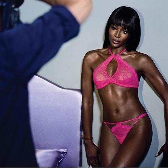 Naomi Campbell má pořád co ukázat.