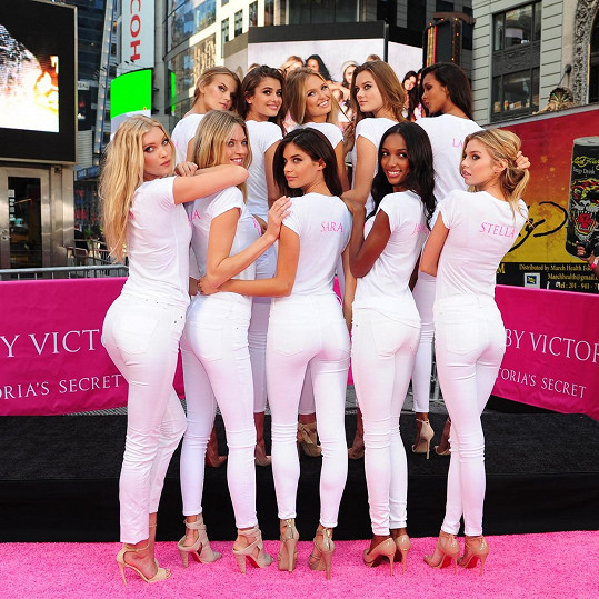 Dívky byly oficiálně představeny na Times Square.