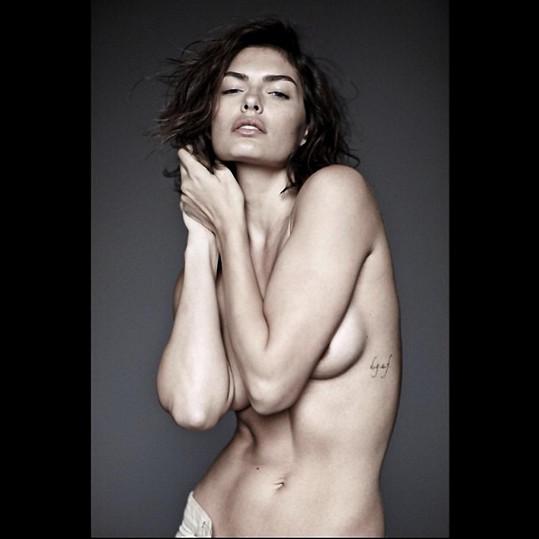 Modelka se ráda svléká.