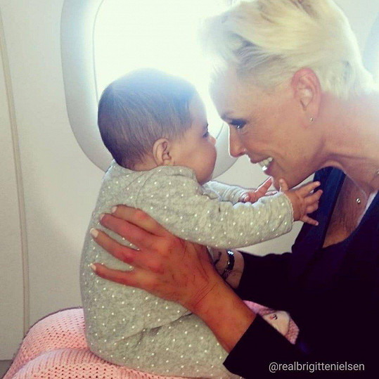 Brigitte vycestovala se čtyřměsíční dcerkou za oceán.